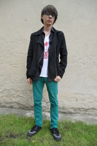 white New Yorker t-shirt - black TUK boots - turquoise blue New Yorker jeans