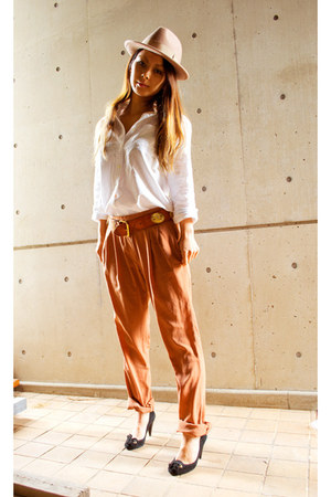 burnt orange Zara pants - tan amber hat no brand hat