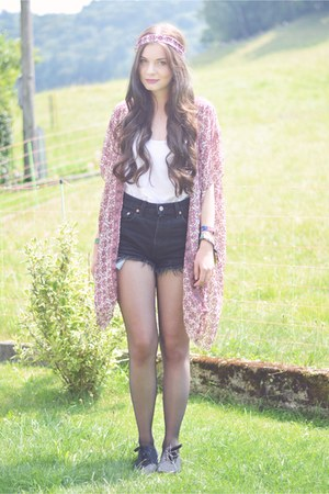 white brandy melville top - black H&M tights - black Levis shorts