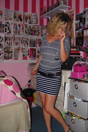 heather gray stripped top - navy skirt - black studded belt - black sandals