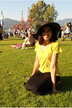 black beach le chateau hat - yellow t-shirt - black maxi skirt