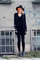 black spiked vooi boots - black wool Reporter hat