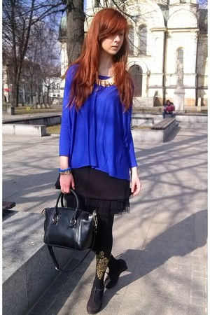 blue sweater - black tights