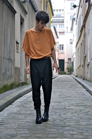 orange Silent by Damir Doma top - black plateforme vagabond boots