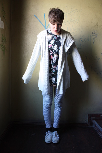 gray vintage leggings - white H&M shoes - black vintage shirt - gray Gap