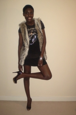 beige fake fur vest - purple platforms shoes - black rolling stone t-shirt