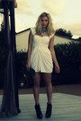 White-vintage-dress-black-bebe-shoes