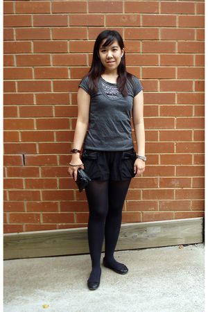 gray t-shirt - black Bettina Liano shorts - black shoes - black Sportsgirl purse