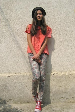 salmon Moony t-shirt - silver next jeans - red sneaker sneakers
