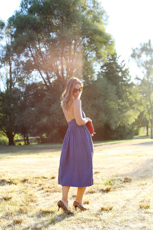 blue apron Aritzia dress - red clutch Mary Nichols bag