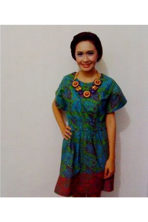 blue Danar Hadi dress - yellow Danar Hadi necklace
