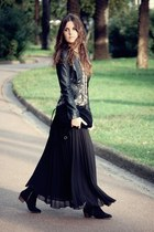 pleated in BLACK!