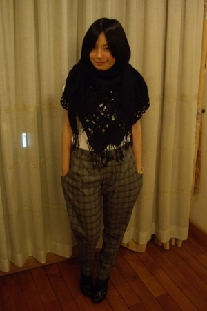 scarf - Zara t-shirt - Urban Renewal pants - Mango shoes