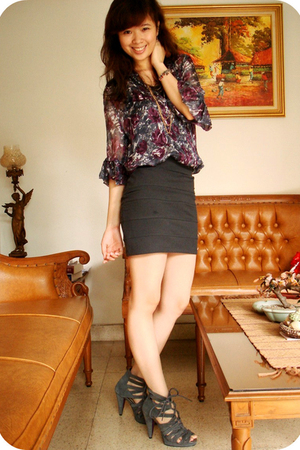 purple Zara blouse - gray dolcevita skirt - gray belle shoes - gold forever neck