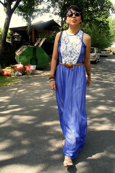 Blue-dress-bronze-belt-silver-sandals_400