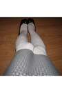 White-knitted-tights-white-skirt-red-mango-top-white-accessories