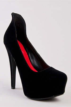 black Qupid pumps