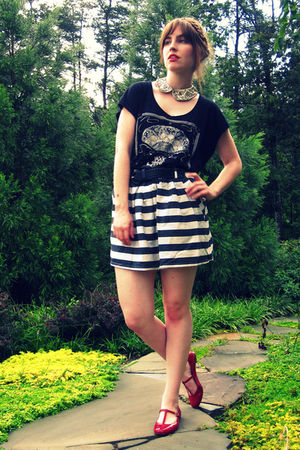 black H&amp;M t-shirt - white Forever 21 skirt - red Urban Outfitters shoes - white 