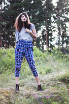 blue crazy print H&M pants - heather gray plain Monki t-shirt