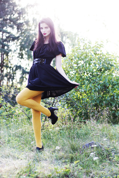 black Monki dress - mustard lindex tights - black wide lacquer GINA TRICOT belt