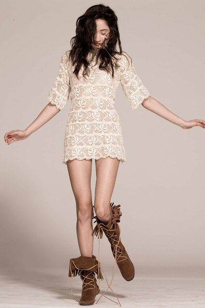 beige lace Vinatge dress - brown moccasins Minitonka boots