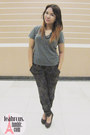 Brown-the-little-things-she-needs-wedges-charcoal-gray-bench-t-shirt