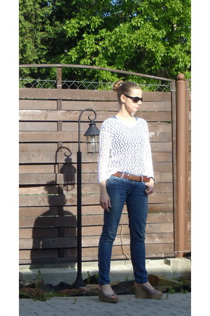 white top - blue Levis jeans - black Ray Ban glasses - light brown Wrangler belt