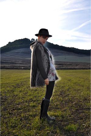 fake fur BLANCO vest - Timberland boots - gift cardigan