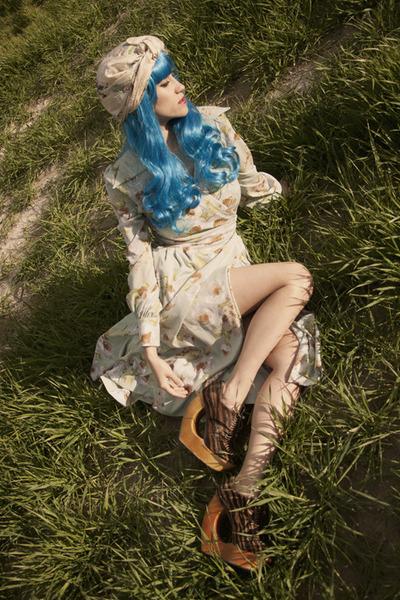 dark khaki Roba Dibu dress - blue wig wonderland wigs hat