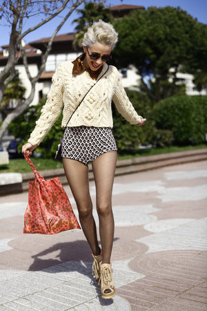 dark brown Boodwah shorts - beige Chicwish sweater
