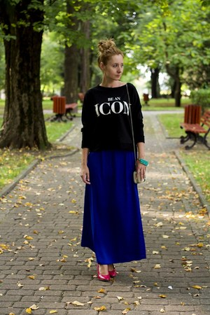 blue maxi skirt Stradivarius skirt - black pull&bear sweatshirt