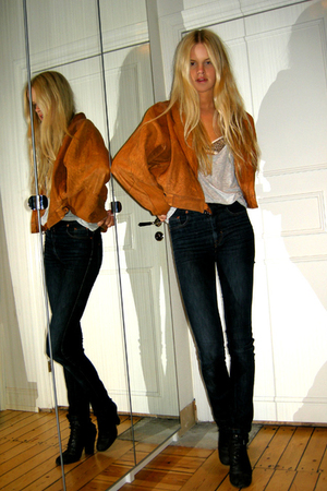 Filippa K jeans - Skopunkten boots - suedeleather Secondhand jacket - Blank top