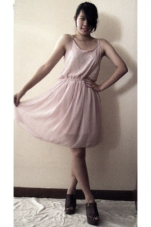 light pink dress - brown clogs - light pink accessories - dark brown accessories