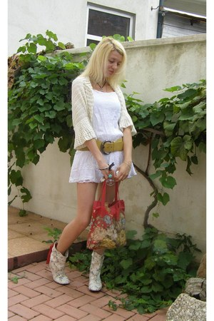 white papucei boots - white BLANCO dress - red interesart bag