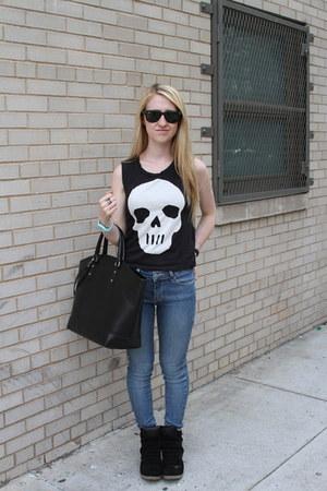 black H&M t-shirt - sky blue BDG jeans - black Zara bag