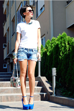 white Springfield t-shirt - navy Stradivarius shorts - blue non branded wedges