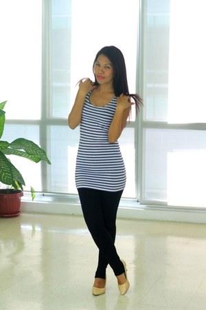 white top - navy top - black leggings - beige heels