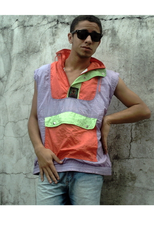 Ray Ban sunglasses - Louis Carvalho t-shirt - Ellus jeans - Nick boots