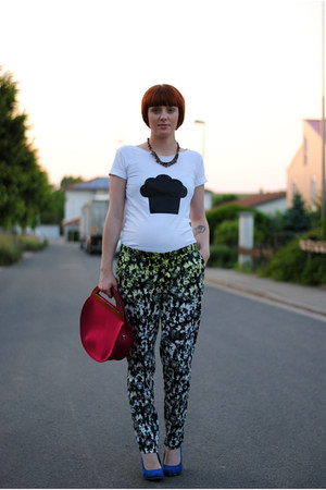 ivory t-shirt - dark green pants - blue wedges