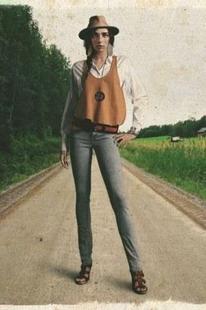 skinny jeans - tank top loose top - blouse - belt - heels