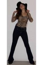navy Guess jeans - black felt hat - brown leopard print shirt