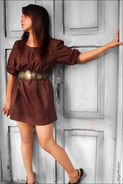 brown dresses black shoes brown belts gray earrings