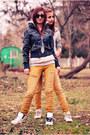 Yellow-jeans-black-jacket-sweatshirt-white-sneakers