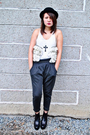 gray Dark White pants - white bazaar find top - Vivienne & Knox - black Soule Ph