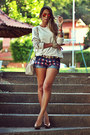 Navy-haes-shorts-brown-kafé-belt-beige-haes-blouse-gold-shutz-pumps