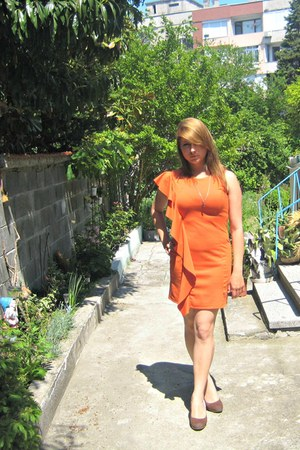 orange dress - brown pumps