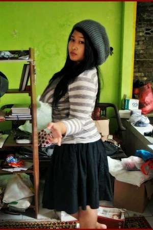 heather gray stripes Rampage shirt - gray thrifted hat - black skirt