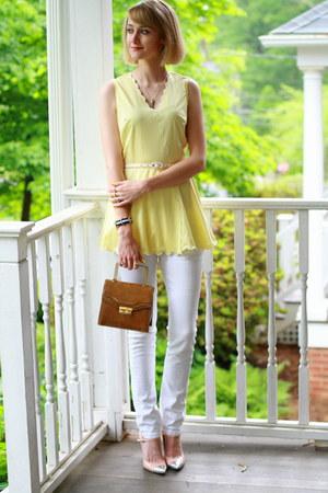 mustard structured vintage bag - white skinny Mango jeans
