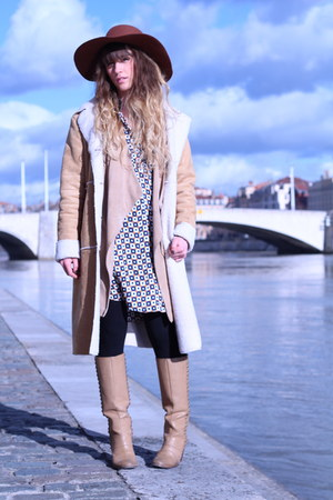 beige pieces boots - beige Vero Moda coat - brown American Apparel hat