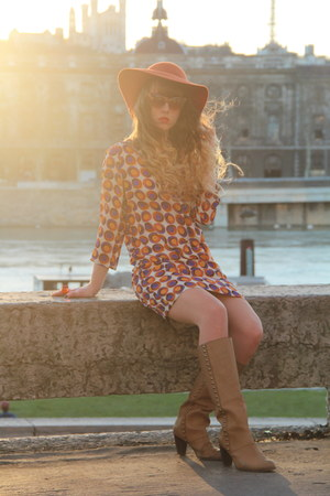 tan pieces boots - carrot orange Urban Outfitters hat